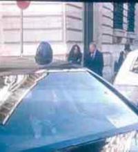Sindaco, consigliere ora pure parlamentare. Ad honorem. Auto blu, nun te regge più.