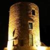 Torre Guevara, una volta a guardia di un castello, ora delle macchine di pochi privilegiati